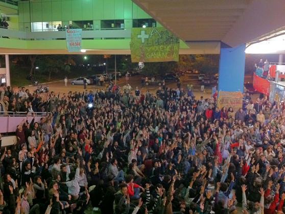 Estudiantes organizan masiva lucha contra la policía