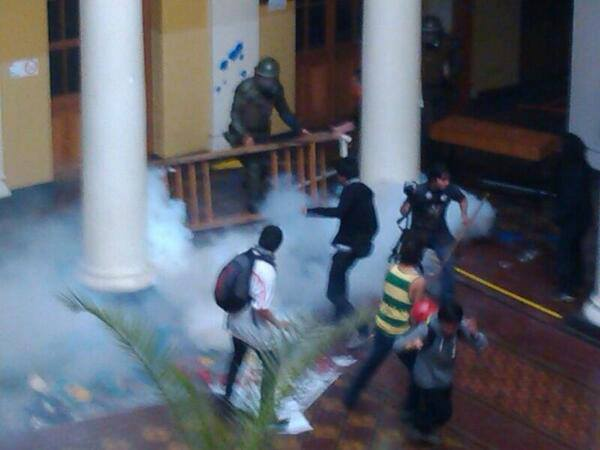 ¡Atentos! Brutal ataque de FFEE contra toma de Casa Central UChile