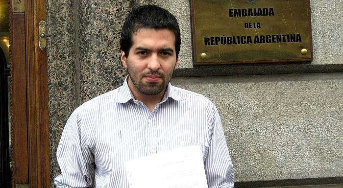 Entrega de firmas junto al petitorio en la embajada argentina en Uruguay