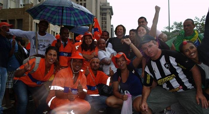 Em Irajá, cumprimentando os vitoriosos garis do Rio Janeiro