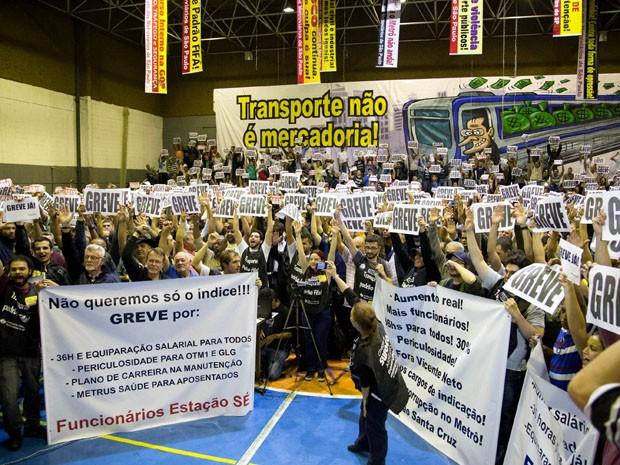 Assembleia de 2500 trabalhadores vota greve por tempo indefinido