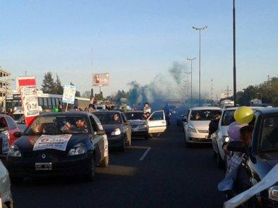 Llegó al Ministerio de Trabajo con cientos de autos la caravana por Lear