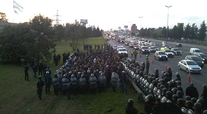 Lear: A polícia bonaerense reprime os trabalhadores para defender  a gang da burocracia do sindicato SMATA e a empresa que não cumpre as disposições judiciais