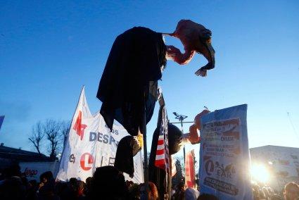 Los buitres de la deuda y los despidos