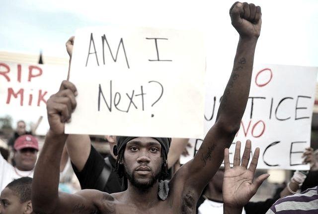 Après l'assassinat d'un jeune Noir, Ferguson explose