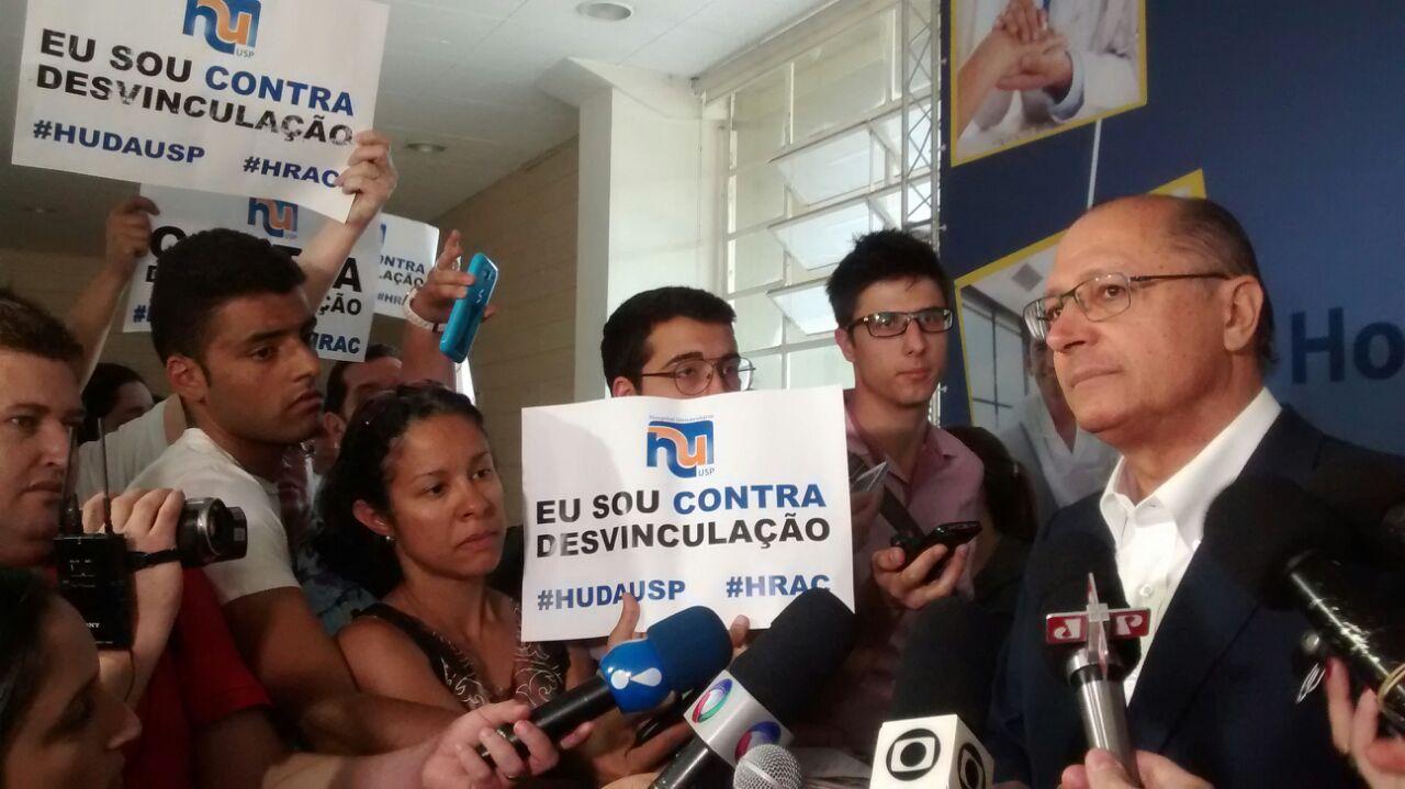 Trabajadores en huelga irrumpen en conferencia del gobernador