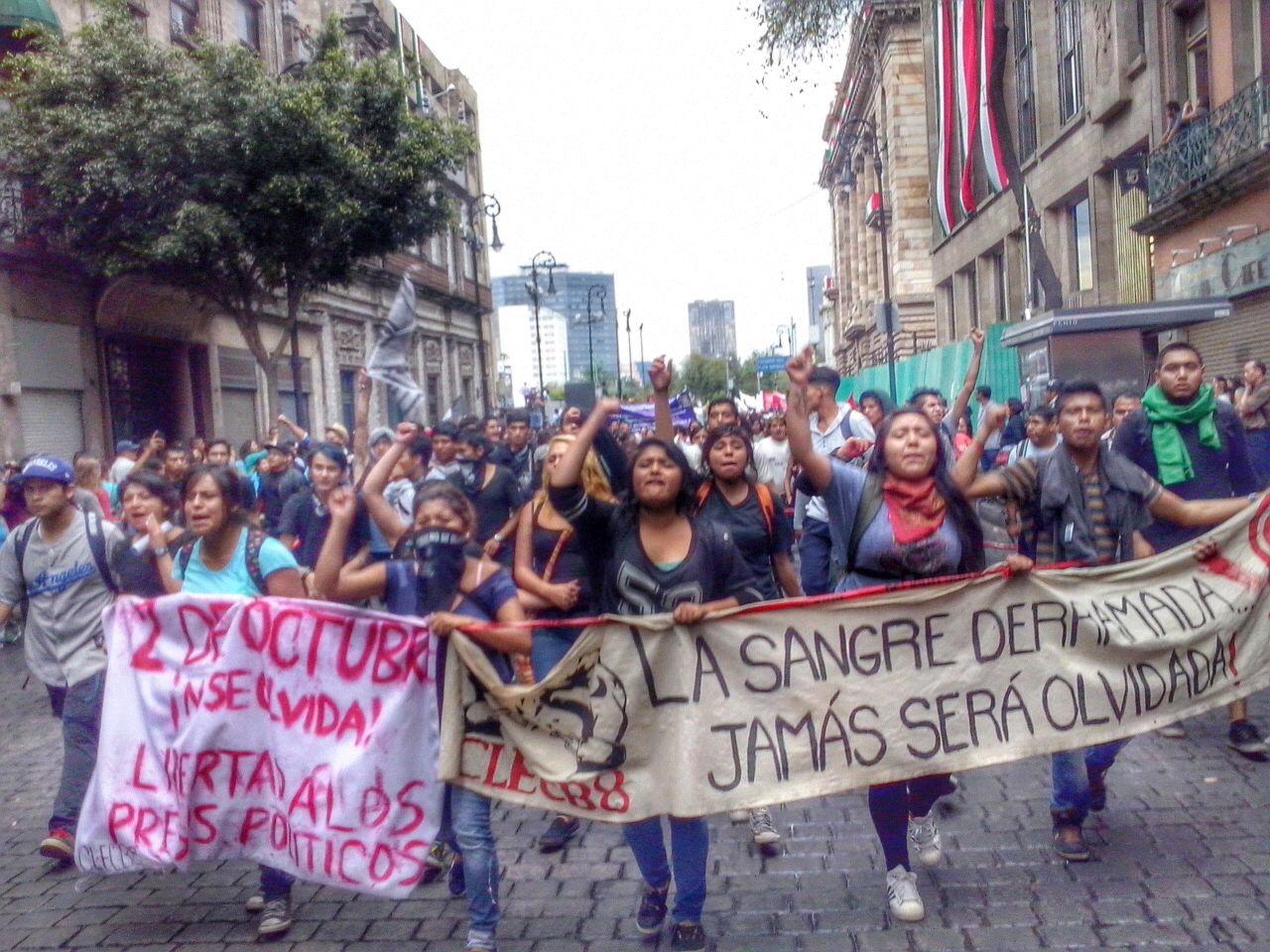 Jóvenes se movilizan contra la masacre de estudiantes en México