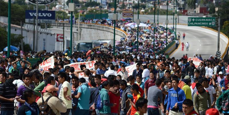 Una marea humana toma las calles México por la aparición de los 43 normalistas