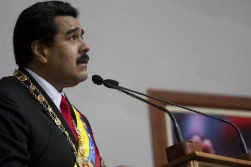 Maduro ajusta y devalúa en un país en crisis